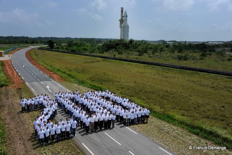 200 bougies pour Ariane 5 … « Les équipes d'Arianespace réunies pour une image historique à la veille de la gloire du vol le plus symbolique de son histoire. » 200e lancement réussi pour Ariane 5 !