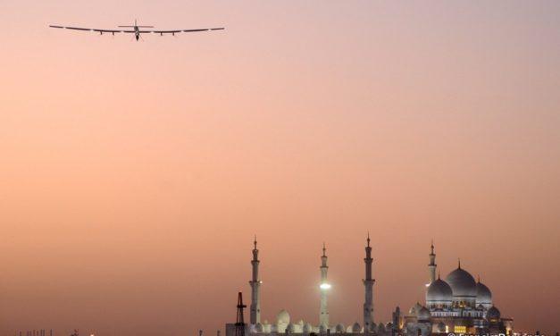 «Solar Impulse», l'avion solaire du Suisse Bertrand Piccard part cette semaine d'Abu Dhabi pour un défi de 35 000 kilomètres. Par Romain CLERGEAT /PARIS MATCH