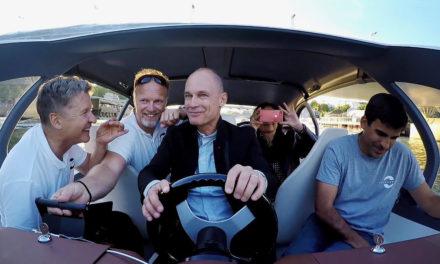 """Alain Thebault, Anders Bringdal et bertrand Piccard , mes  « Saventuriers"""" à bord du Seabubble sur la Seine à Paris. """"zéro bruit, zéro vague et zéro émission"""" de carbone…"""